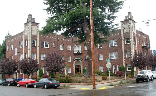 Lindquist Apartments at NE Randall and Hoyt. Photo courtesy of Wikimedia Commons.